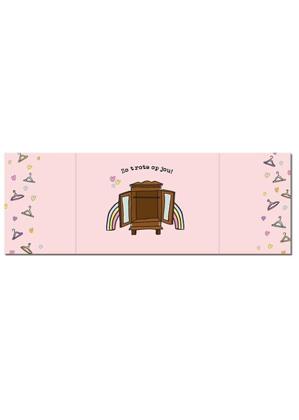 Binnenkant gay kaart. Roze met aan de zijkant kledingshangertjes en hartjes. In het midden de openstaande kast en de tekst 'Trots op jou'