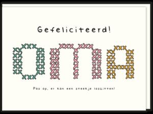 Voorkant wenskaart met daarop in gekleurde letters geborduurd OMA en de tekst Gefeliciteerd, maar pas op er kan een steekje loszitten!