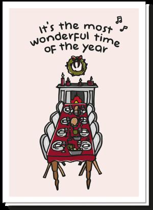 Grappige kerst en nieuwjaarswensen doe je met deze kerstkaart met op het oog een keurig nette gedekte tafel voor de hele familie