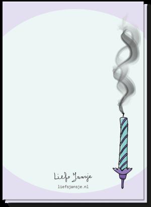 Achterkant verjaardagskaart met daarop het uitgeblazen paars/groene kaarsje
