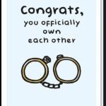 Voorkant trouwkaart met daarop een quote 'Congrats, you officially own each other' en een afbeelding van 2 trouwringen die als handboeien aan elkaar zitten