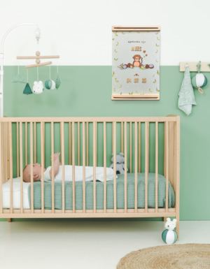 Voorbeeld slaapkamertje met de geboorteposter die boven het bedje hangt