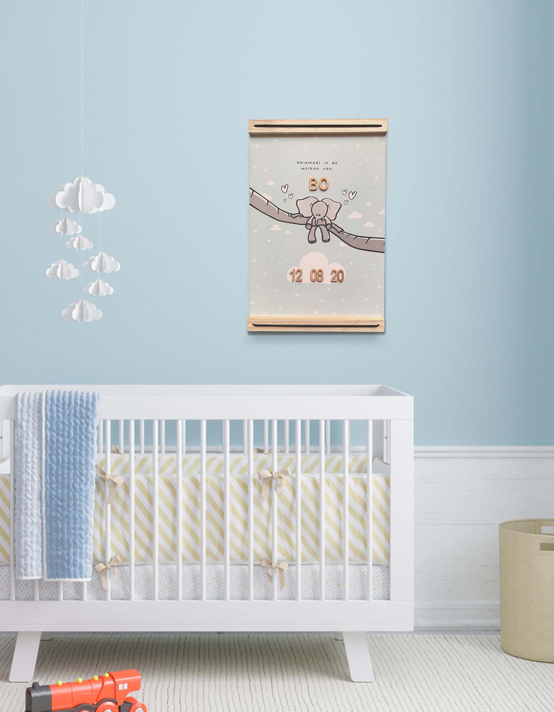Voorbeeld babykamer met boven het bedje de geboorteposter