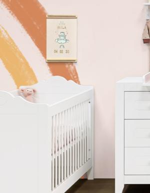 Voorbeeld van babykamer met de geboorteposter boven het bedje