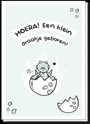 Voorkant geboortekaartje draakje met daarop de tekst 'Hoera! Een klein draakje geboren!' Daaronder een draakje in een half eitje