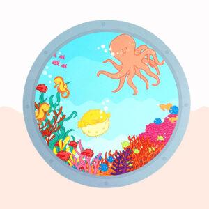 Wandcirkel hout met thema Oceaan. Het lijkt alsof je zo de oceaan in kijkt vanuit een raampje. De zeedieren kunnen gezocht worden en geteld