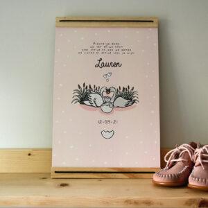 A4 poster met lijst waar je de naam en geboorte datum van het kindje op kunt zetten. Deze poster is met zwaantjes